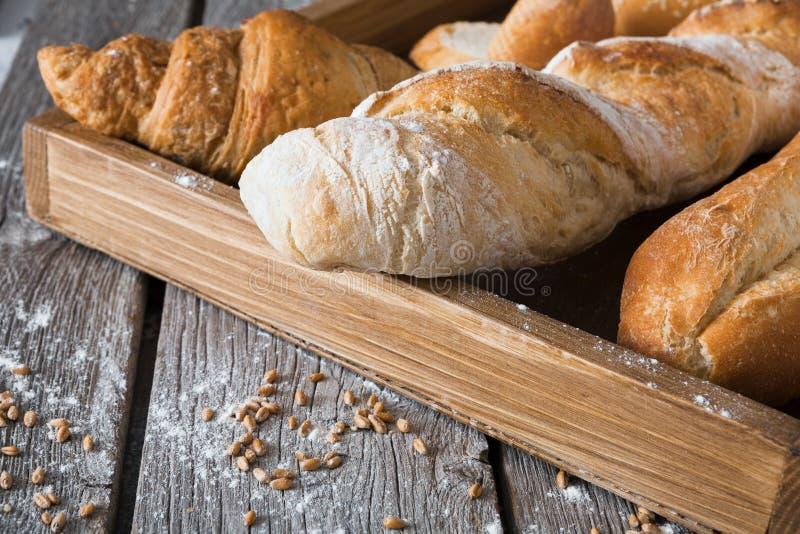 Fondo de la panadería del pan Baguettes y composición franceses de los cruasanes fotos de archivo libres de regalías