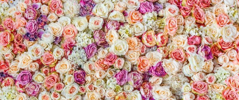 Fondo de la pared de las flores con sorprender las rosas rojas y blancas, casandose la decoración, hecha a mano fotografía de archivo