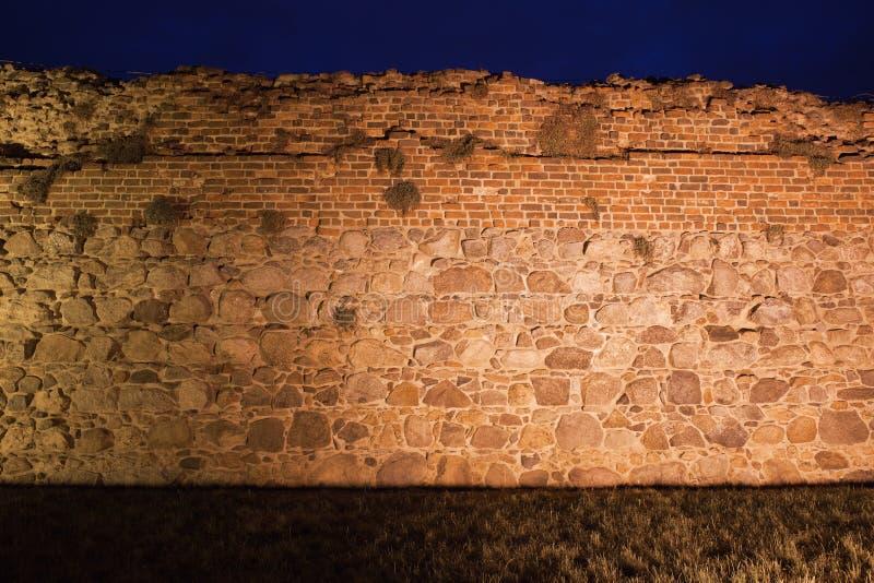 Fondo de la pared del castillo iluminado en la noche imagen de archivo libre de regalías