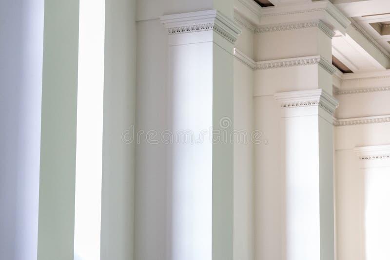 Fondo de la pared interior con las columnas blancas en fila imagenes de archivo