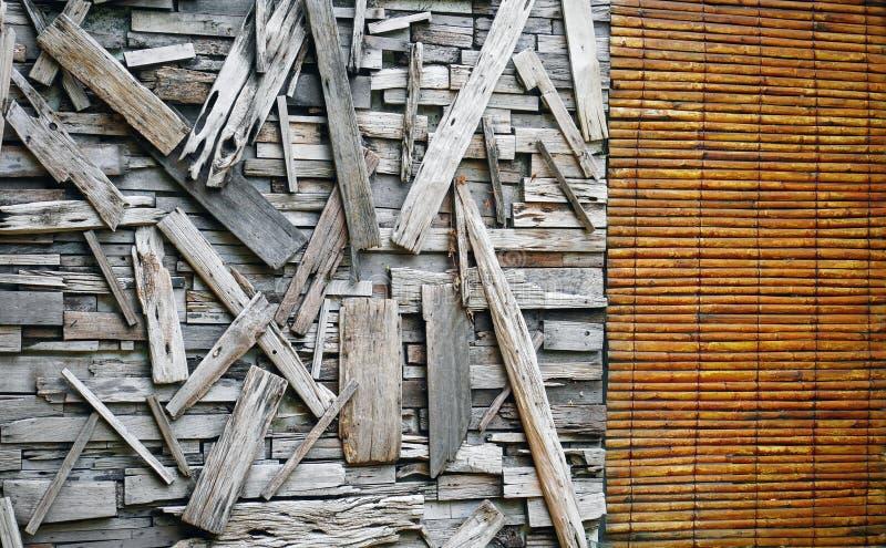 Fondo de la pared de madera con los tablones y la cortina remendados imágenes de archivo libres de regalías