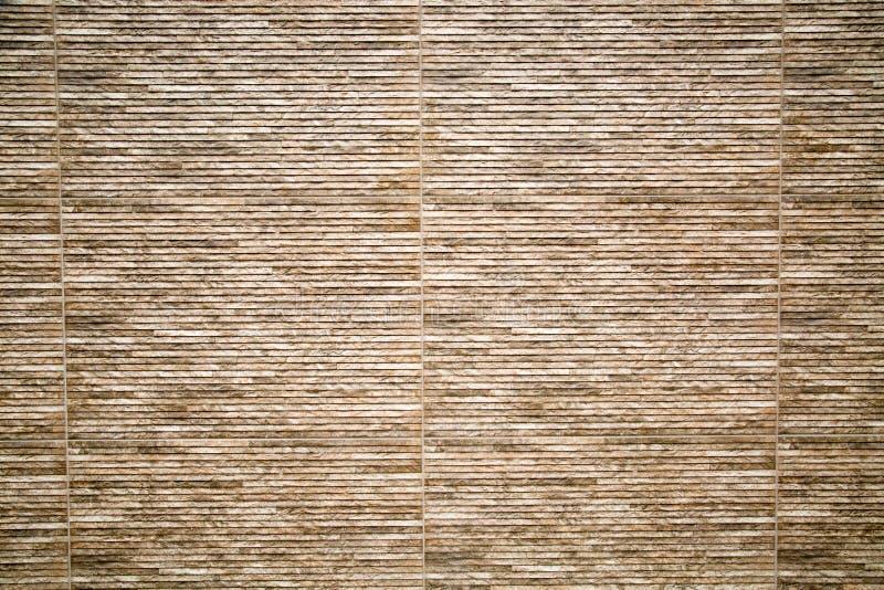 Fondo de la pared de piedra artificial con las rayas horizontales del marr?n y del color de la lila imagenes de archivo