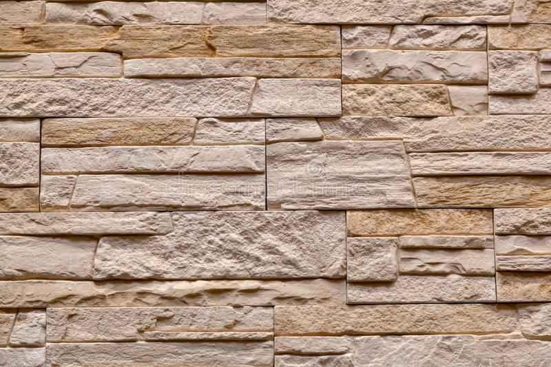 Fondo de la pared de piedra marr?n hecha con los bloques fotografía de archivo libre de regalías