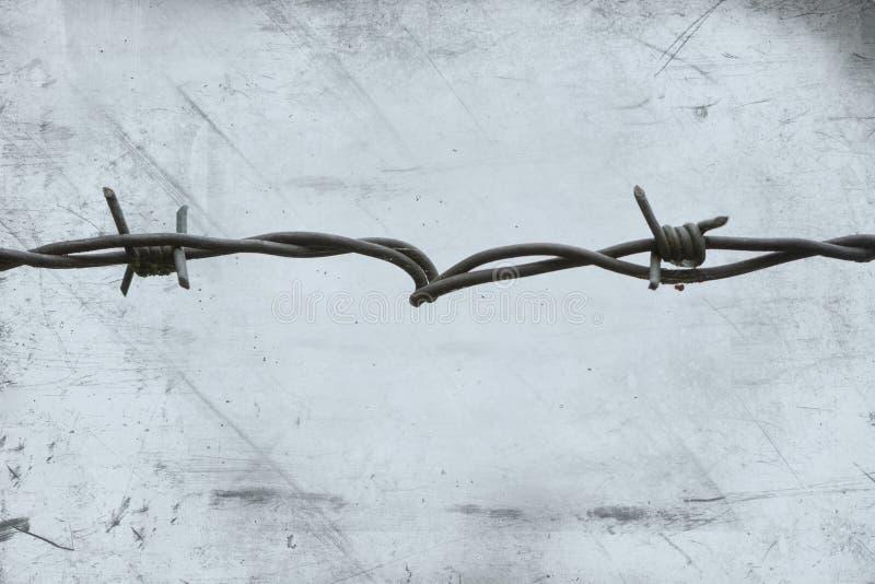 Fondo de la pared de la prisión con el primero plano del alambre de púas, prisión del concepto imagen de archivo libre de regalías