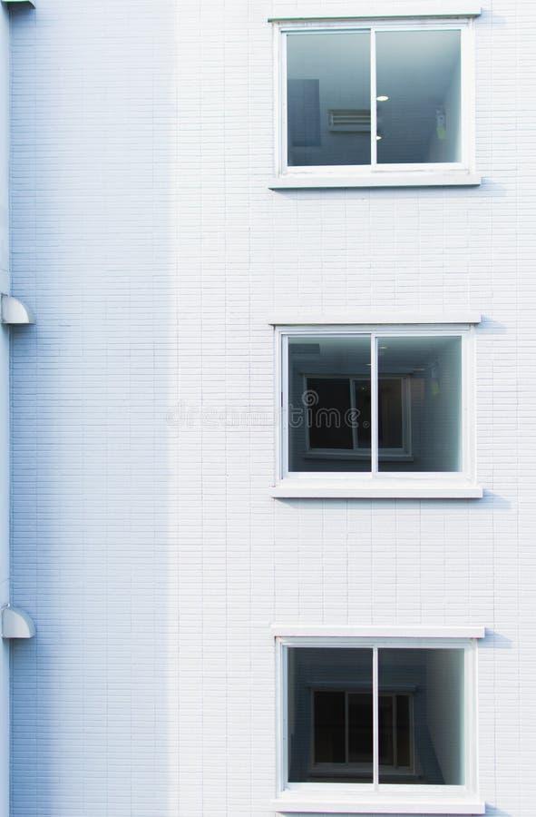 Fondo de la pared y de las ventanas blancas con el copyspace foto de archivo libre de regalías