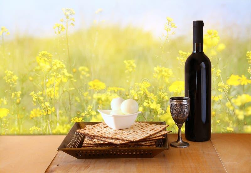 Fondo de la pascua judía vino y matzoh (pan judío del passover) en la tabla de madera fotos de archivo