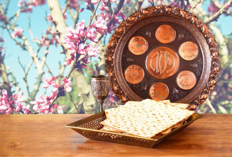 Fondo de la pascua judía vino y matzoh (pan judío del passover) en la tabla de madera foto de archivo libre de regalías