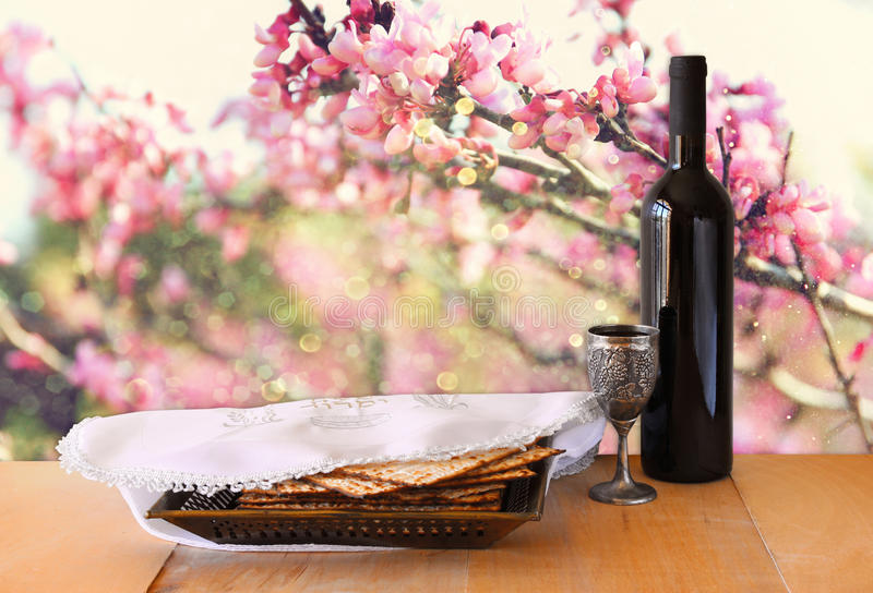 Fondo de la pascua judía vino y matzoh (pan judío del passover) en la tabla de madera fotografía de archivo libre de regalías