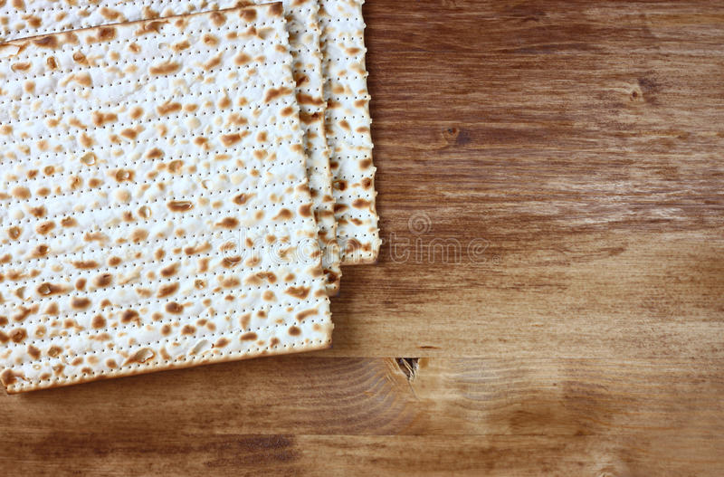 Fondo de la pascua judía. vino y matzoh (pan judío del passover) sobre fondo de madera. fotos de archivo