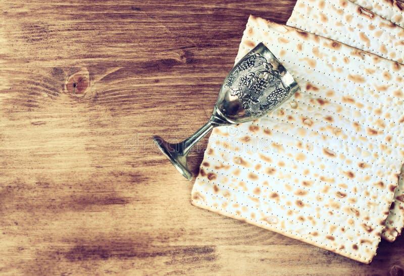 Fondo de la pascua judía. vino y matzoh (pan judío del passover) sobre fondo de madera imagenes de archivo