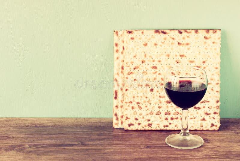 Fondo de la pascua judía. vino y matzoh (pan judío del passover) sobre fondo de madera. imagen de archivo libre de regalías
