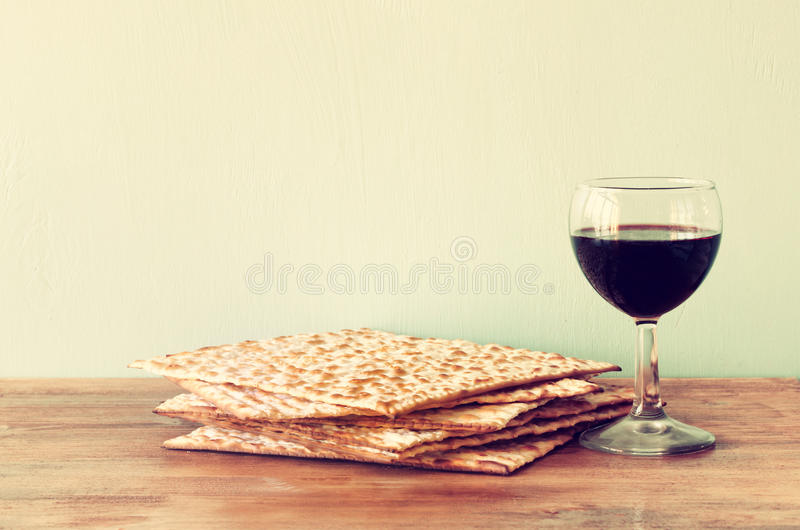 Fondo de la pascua judía. vino y matzoh (pan judío del passover) sobre fondo de madera. imagenes de archivo