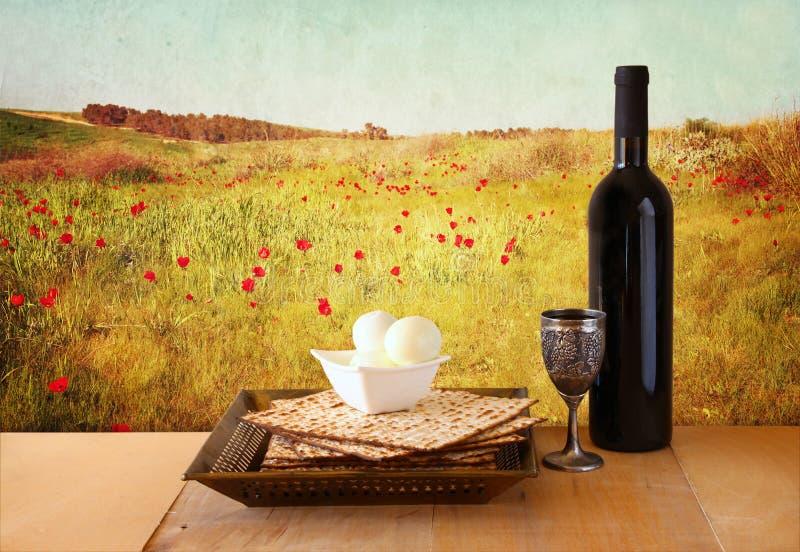 Fondo de la pascua judía vino y matzoh (pan judío del passover) sobre fondo de madera fotos de archivo libres de regalías
