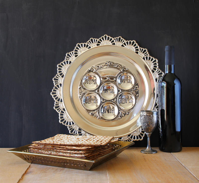 Fondo de la pascua judía vino y matzoh (pan judío del passover) sobre fondo de madera imagen de archivo