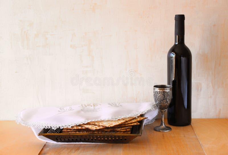Fondo de la pascua judía vino y matzoh (pan judío del passover) sobre fondo de madera fotos de archivo