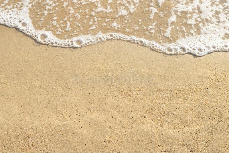 Fondo de la playa de la arena de Brown y de la agua de mar imagen de archivo libre de regalías