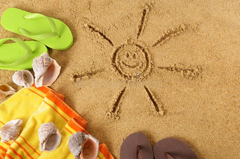 Fondo de la playa con el sol sonriente imagen de archivo