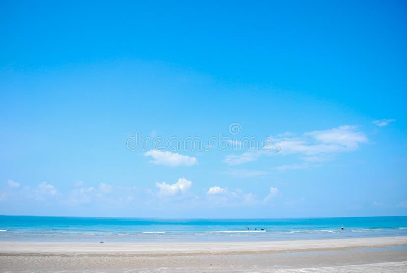 Fondo de la playa y del cielo azul imagenes de archivo