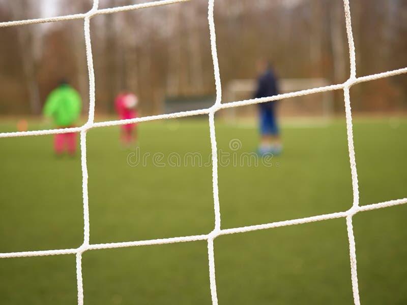 Fondo de la red del fútbol del fútbol sobre hierba verde y estadio borroso Ciérrese encima del detalle fotografía de archivo libre de regalías