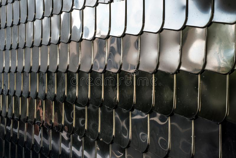 Fondo de la reflexión del cromo de la cubierta de la pared de la forma del metal plateado de la textura de la escala de pescados imagen de archivo