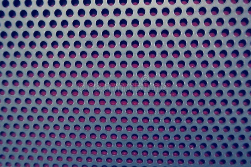 Fondo de la rejilla del metal en rojo azul Fondo completo natural del marco imagen de archivo