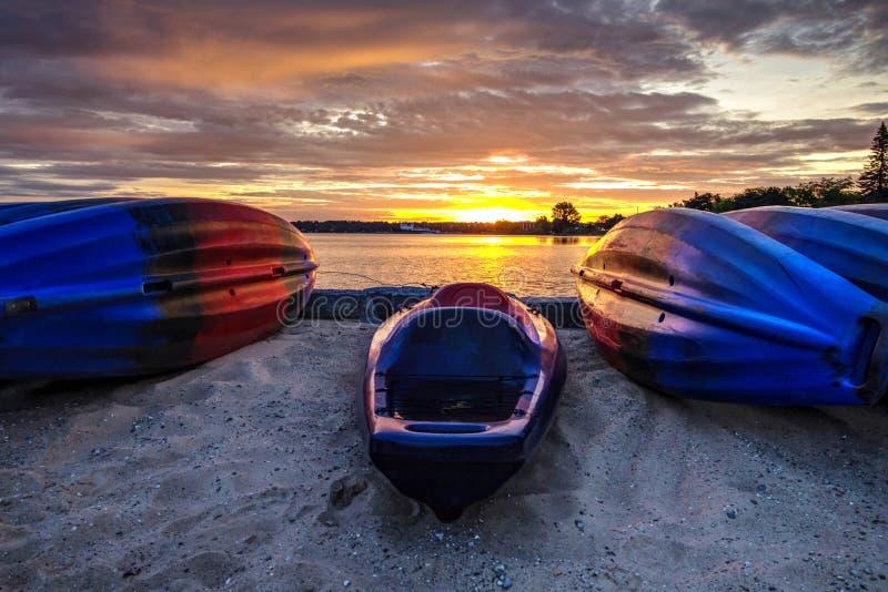Fondo de la salida del sol del kajak de la playa del verano imágenes de archivo libres de regalías