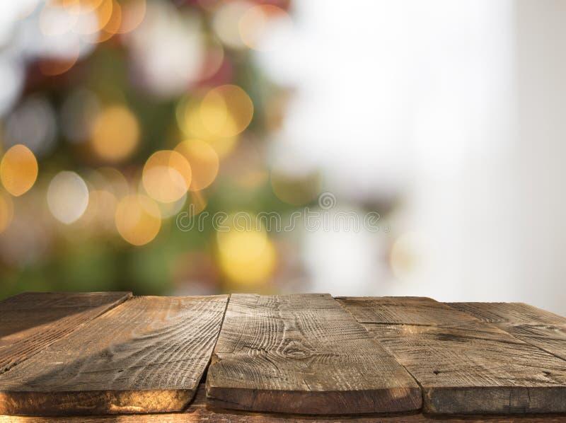 Fondo de la tabla de la Navidad con el árbol de navidad desenfocado imagenes de archivo