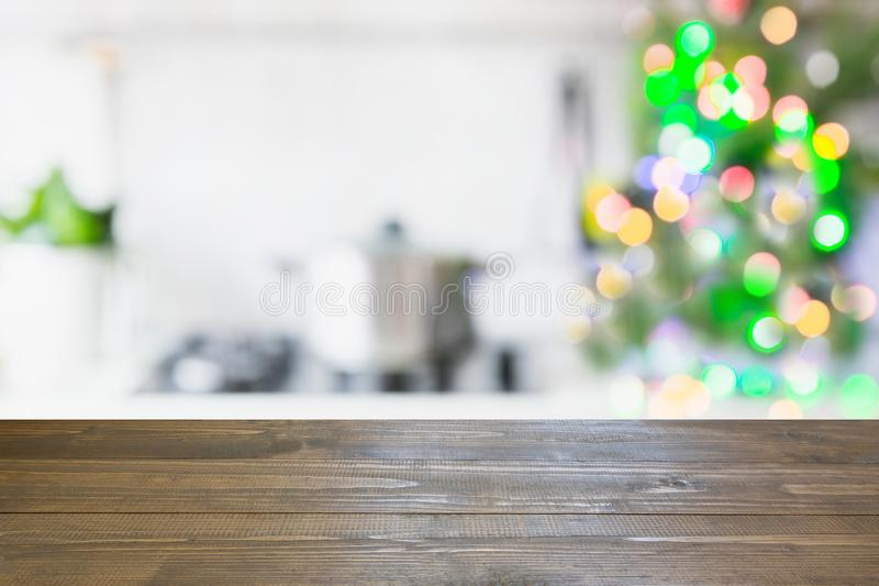 Fondo de la tabla de la Navidad con el árbol de navidad en cocina desenfocado Fondo para la exhibición sus productos imagen de archivo