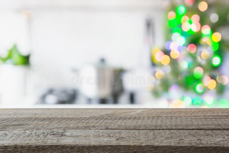 Fondo de la tabla de la Navidad con el árbol de navidad en cocina desenfocado Fondo para la exhibición sus productos fotos de archivo