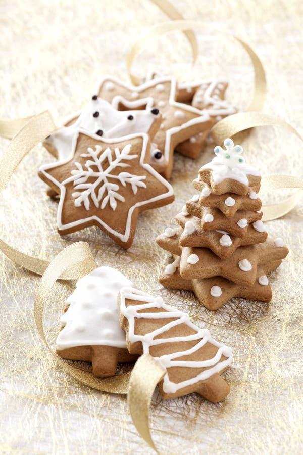 Fondo de la tarjeta de Navidad con las galletas del jengibre fotografía de archivo libre de regalías