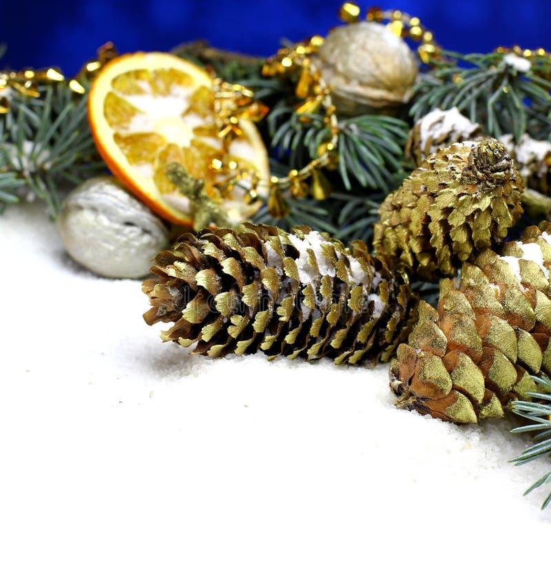 Fondo de la tarjeta del ` s del Año Nuevo con el cono del pino del abeto del oro de la Navidad imágenes de archivo libres de regalías