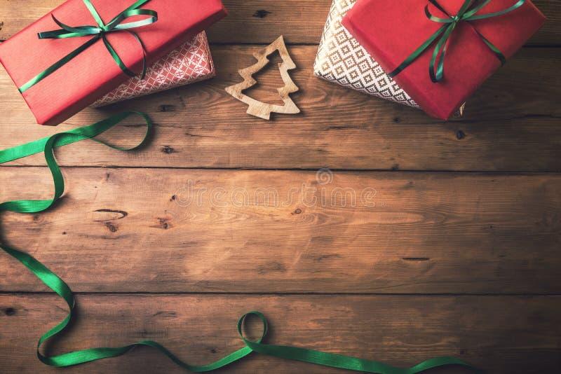 Fondo de la tarjeta de Navidad presentes y decoraciones con el espacio de la copia imagenes de archivo