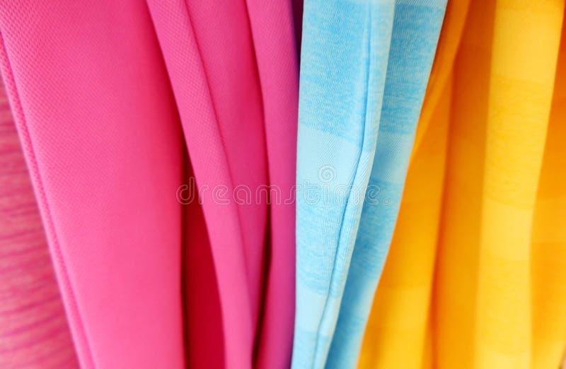 Fondo de la tela de las camisas del multicolor fotos de archivo