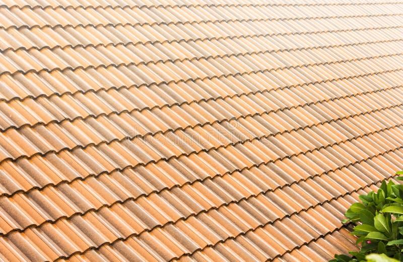 Fondo de la textura, de llover y del tejado-ti tallados caseros de la tejado-teja fotos de archivo libres de regalías