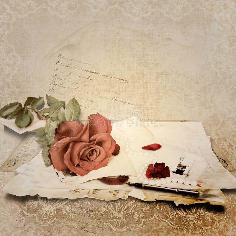 Fondo de la vendimia con la rosa y las tarjetas viejas stock de ilustración