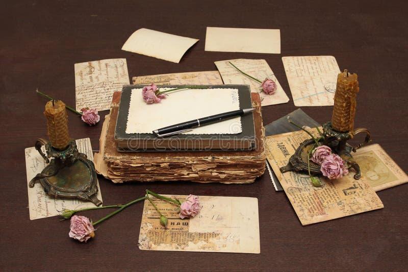 Fondo de la vendimia con los libros, las postales y la foto fotografía de archivo