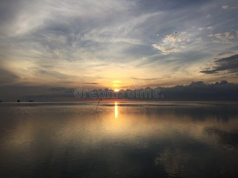 Fondo de la visión de la reflexión de la salida del sol en el lago con la calma del agua fotos de archivo