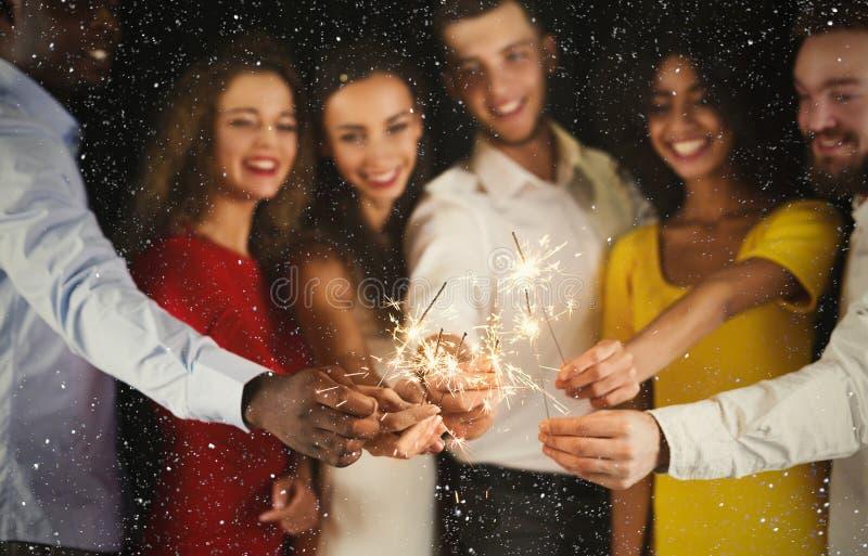 Fondo de las bengalas Gente joven en el partido de la celebración fotos de archivo