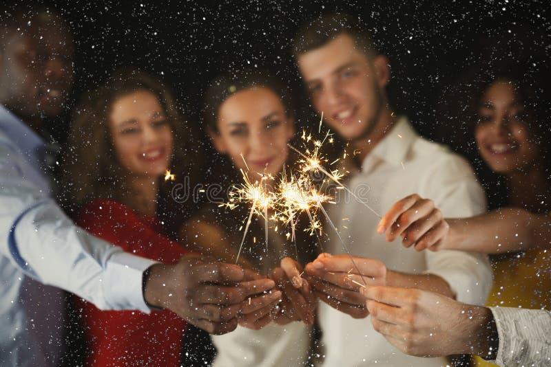Fondo de las bengalas Gente joven en el partido de la celebración foto de archivo