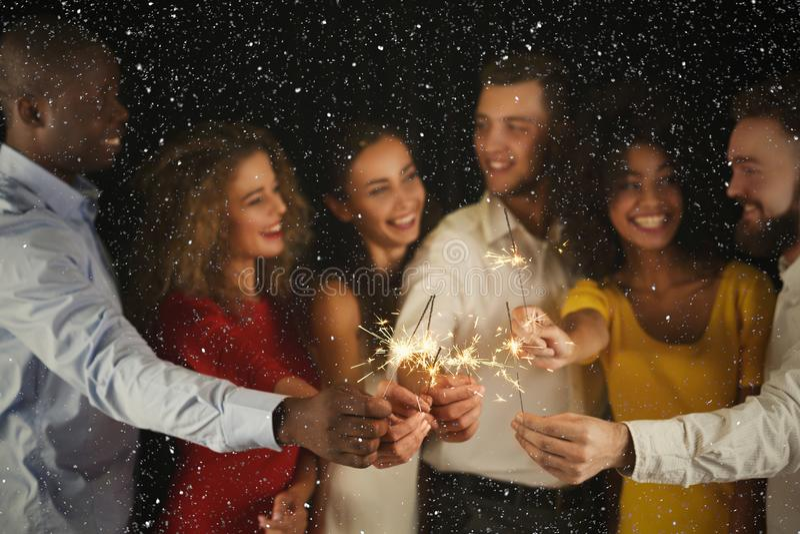 Fondo de las bengalas Gente joven en el partido de la celebración foto de archivo libre de regalías