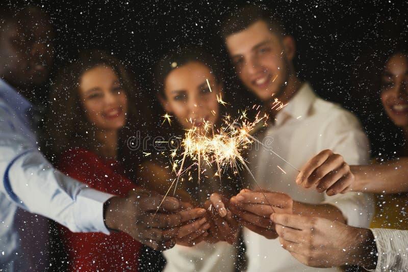 Fondo de las bengalas Gente joven en el partido de la celebración fotos de archivo libres de regalías
