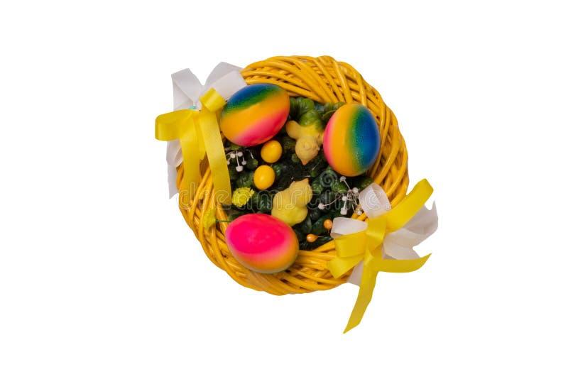 Fondo de las decoraciones de Pascua Primer de una guirnalda amarilla de Pascua con los peque?os polluelos amarillos de pascua y t imagenes de archivo