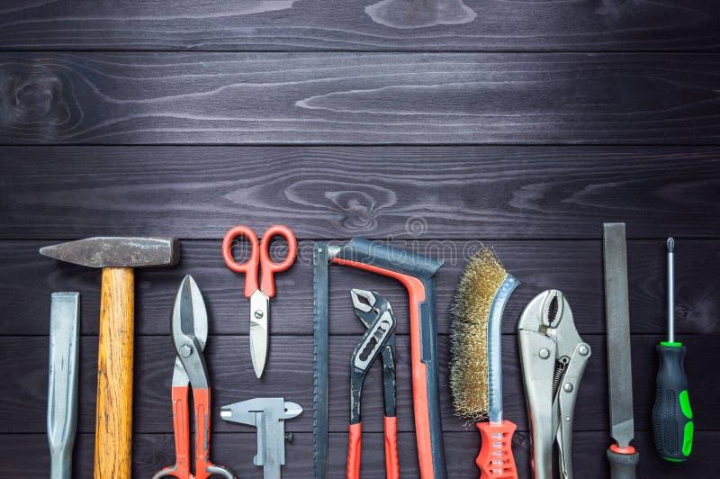 Fondo de las diversas herramientas en el banco de trabajo de madera Visi?n superior Copie el espacio foto de archivo libre de regalías