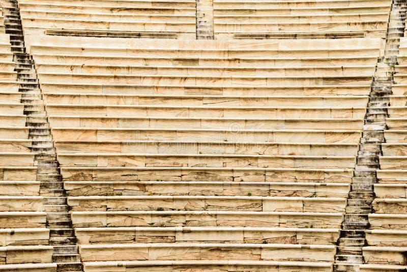 Fondo de las escaleras en el Atticus de Herod del teatro en acrópolis fotografía de archivo libre de regalías