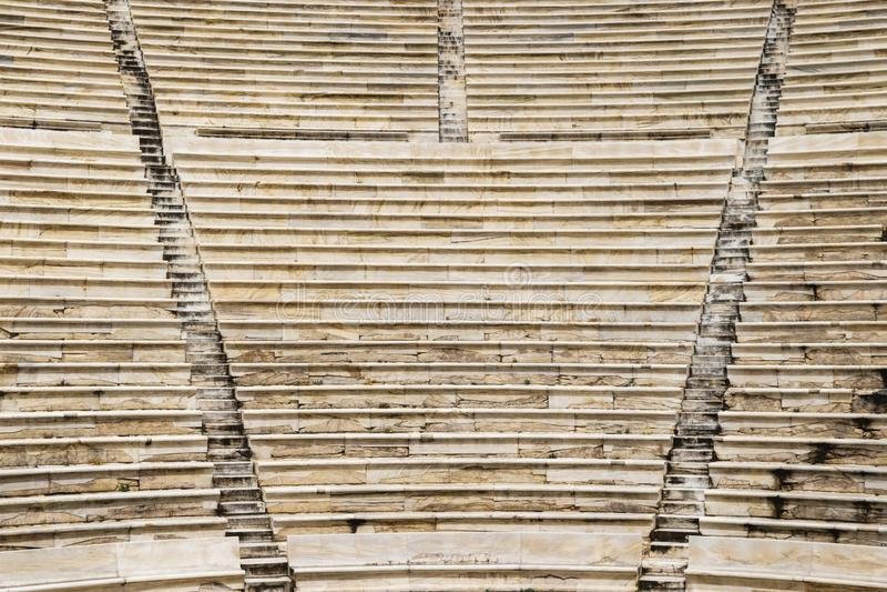 Fondo de las escaleras en el Atticus de Herod del teatro en acrópolis imagen de archivo