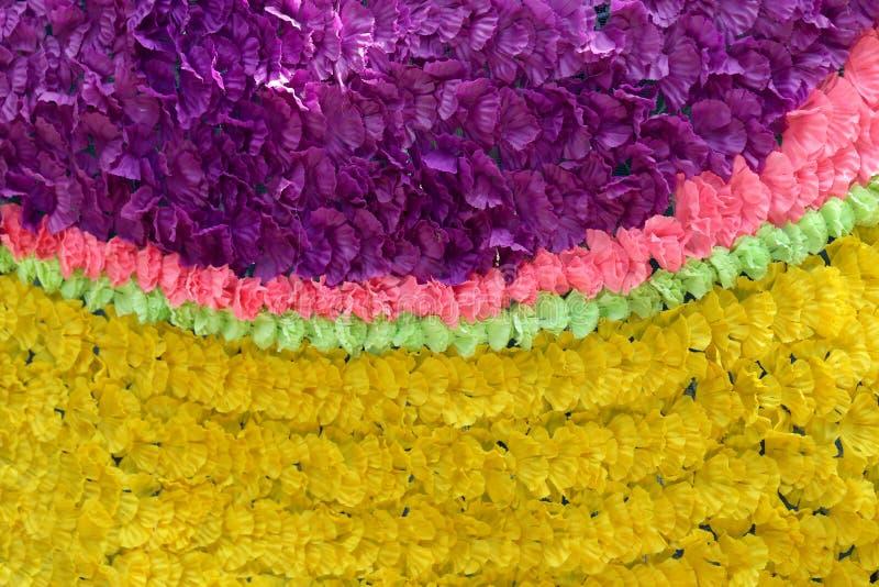 Fondo de las flores falsas coloridas que adornaron el contexto imagen de archivo libre de regalías