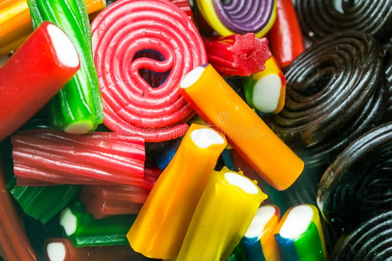 Fondo de las habas de jalea clasificadas multicoloras, masticando el primer de los caramelos imagen de archivo libre de regalías