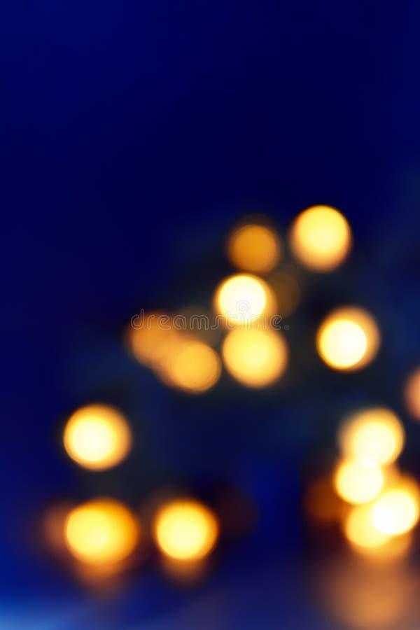 Fondo de las luces azul-azules borrosas de la guirnalda del árbol de navidad en la oscuridad Copie el espacio fotos de archivo libres de regalías