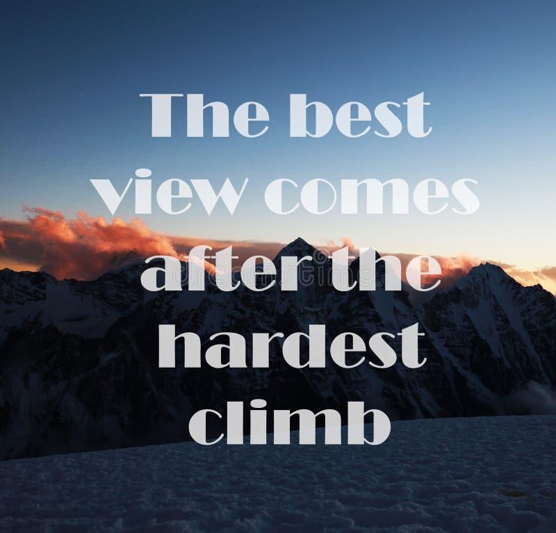 Fondo de las montañas con cita inspirada - la mejor visión viene después de la subida más dura fotografía de archivo