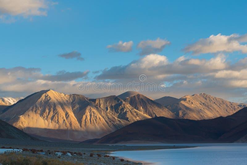Fondo de las montañas de Himalaya del lardakh del leh, la India fotos de archivo